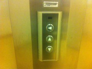 Tre hissknappar. En som går uppåt, en som går nedåt och en som pekar åt sidan.